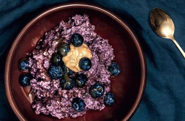 Blå Havregrød med Aronia pulver